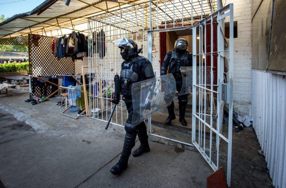Kalėjimų departamento pareigūnai atlieka kratą Pravieniškių pataisos namuose