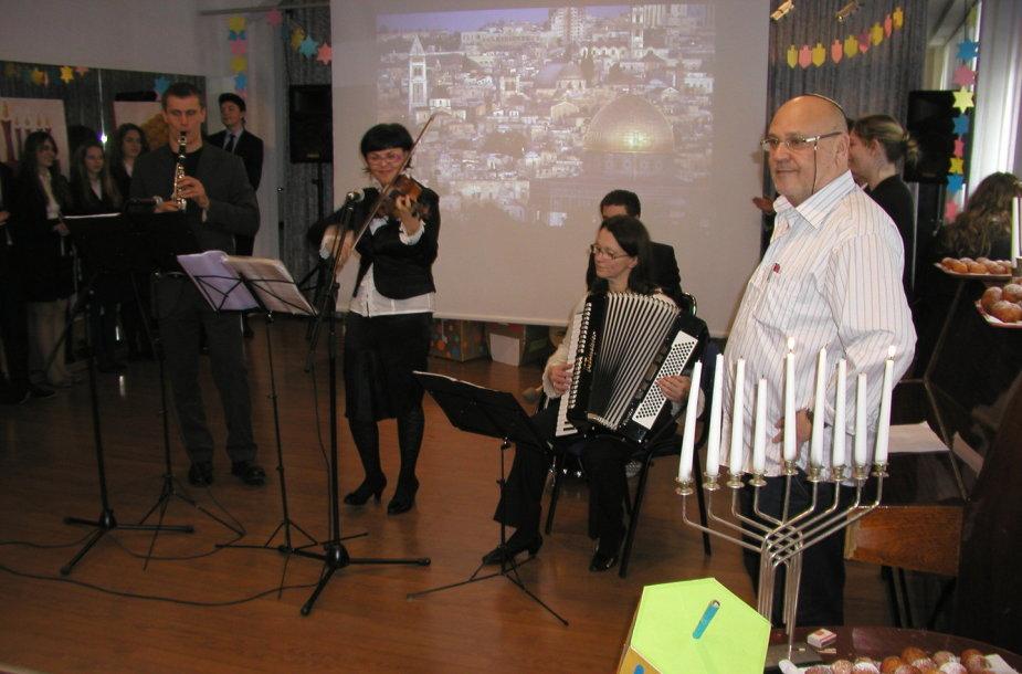 Jehuda Vagneris (pirmas iš dešinės) Šolomo Aleichemo žydų gimnazijoje Vilniuje, Chanukos šventimo akimirka.