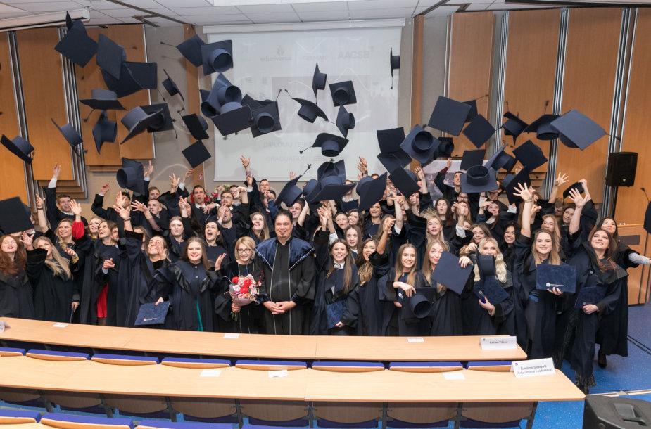 Akimirka iš ISM studijų baigimo ceremonijos