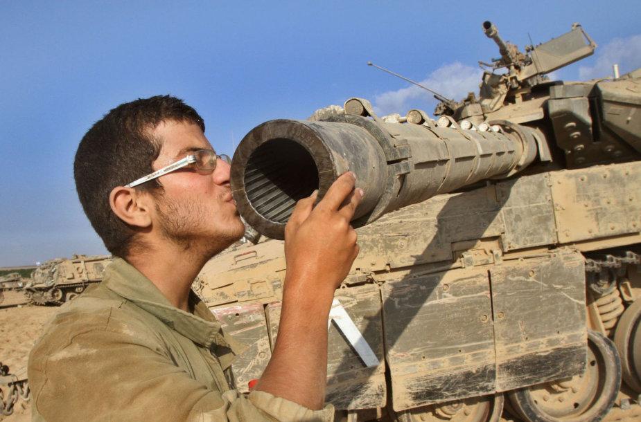 """Izraelio karys bučiuoja tanko """"Merkava"""" vamzdį"""