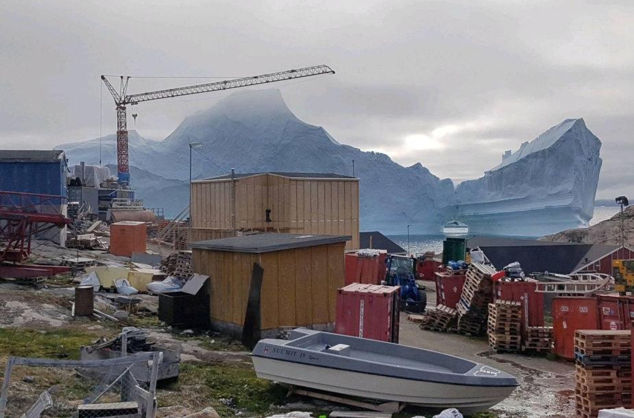 Prie miestelio Grenlandijoje priartėjęs ledkalnis