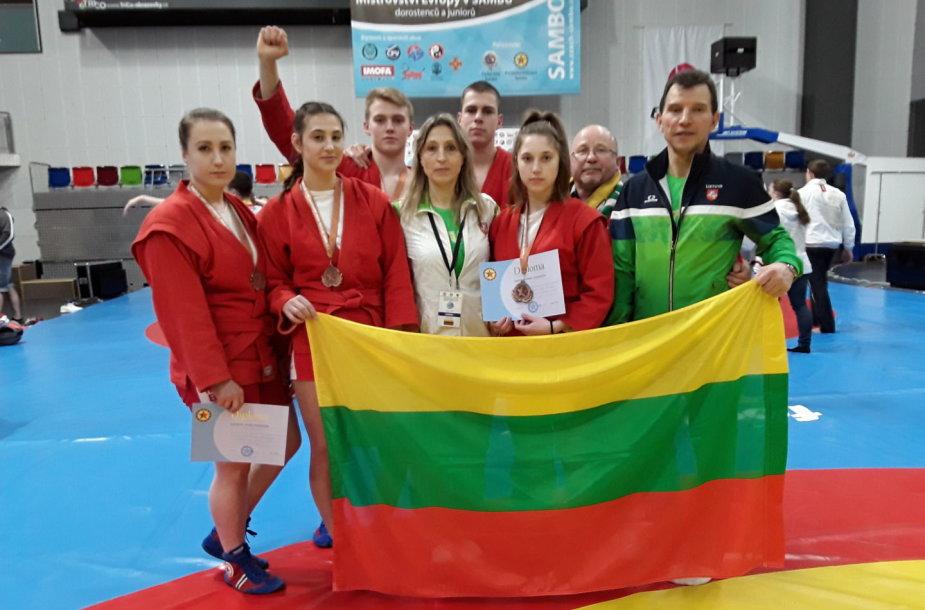 Medalininkai su treneriais