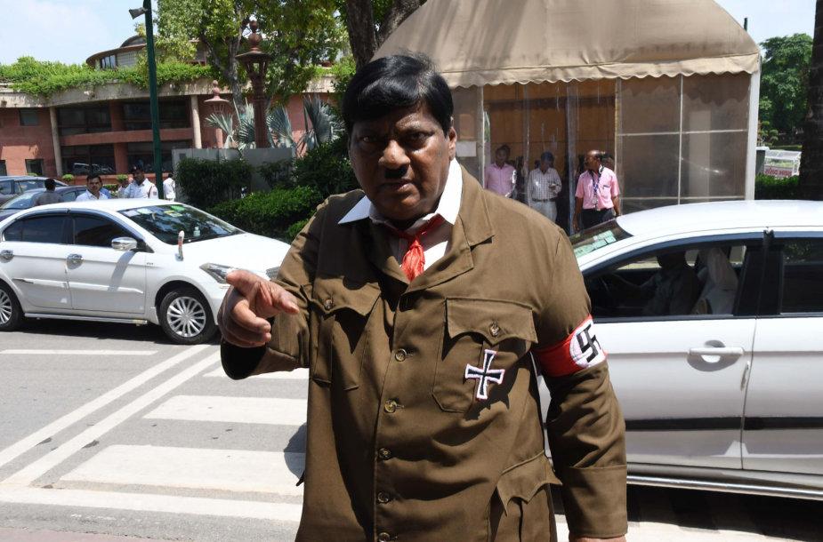 Indijos parlamentaras, siekdamas sukritikuoti premjerą, persirengė A,Hitleriu