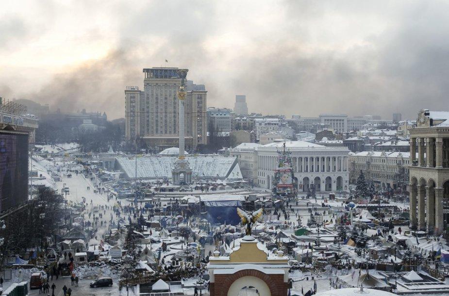 Kijeve tvyro degančių padangų dūmai 1