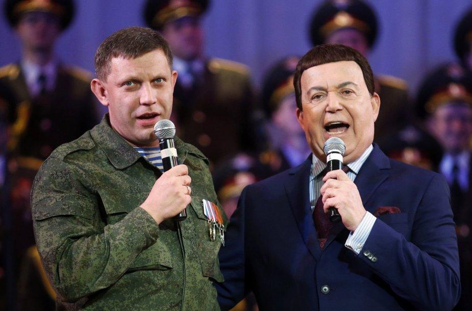 Apsišaukęs Donecko sukilėlių lyderis A.Zacharčenka plėšia dainą su J.Kobzonu.