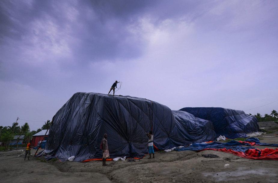Ciklono Fani atnešti vėjai plėšė alpinistų palapines
