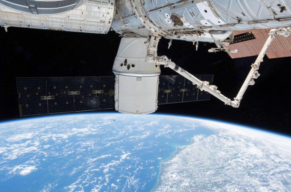 """Kapsulė """"Dragon"""" prie Tarptautinės kosminės stoties"""