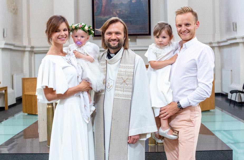 Lauros ir Šarūno Mazalų dukros krikštynų akimirka