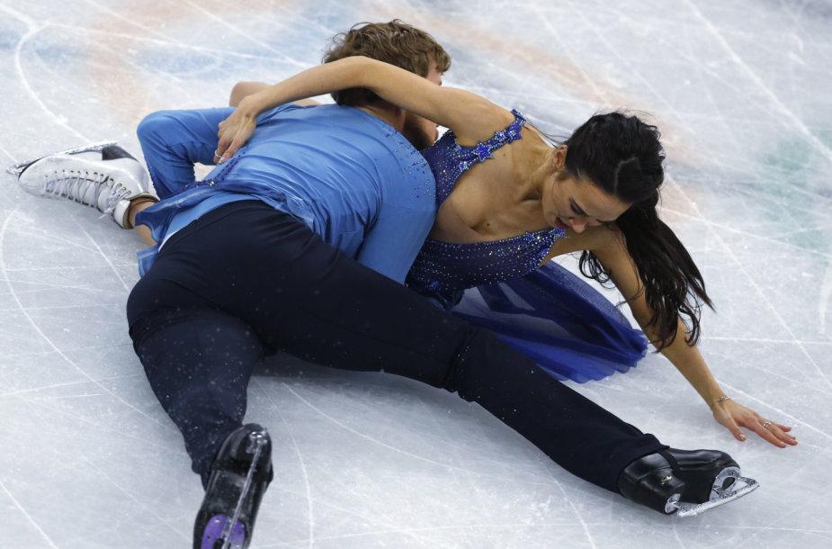 Amerikiečiai Madison Chock ir Evanas Batesas griuvo per olimpinių žaidynių Pjongčange dailiojo čiuožimo varžybas.
