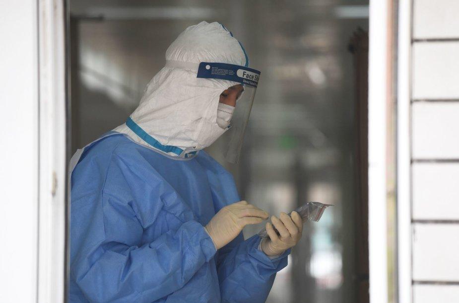 Internete gausu melagingų patarimų, kaip kovoti su naujuoju koronavirusu