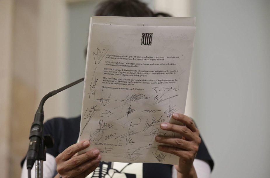 Katalonijos lyderiai pasirašė atidėtą nepriklausomybės deklaraciją