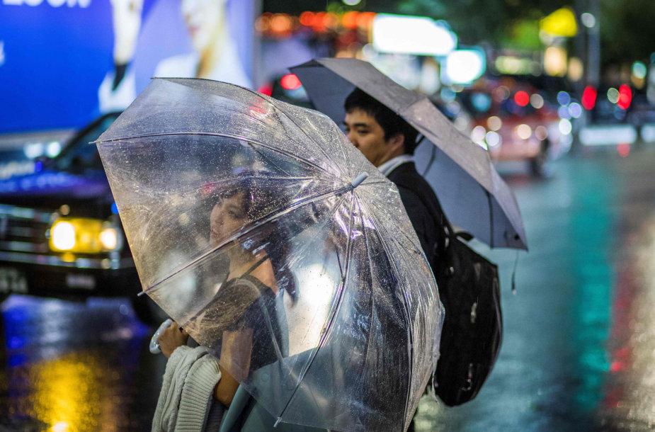 Japonijoje žmonės neramiai laukia taifūno.