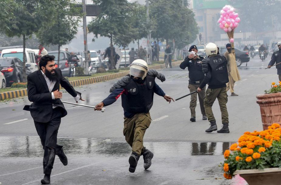 Pakistano policininkas vaikosi peštynėse dalyvavusį teisininką