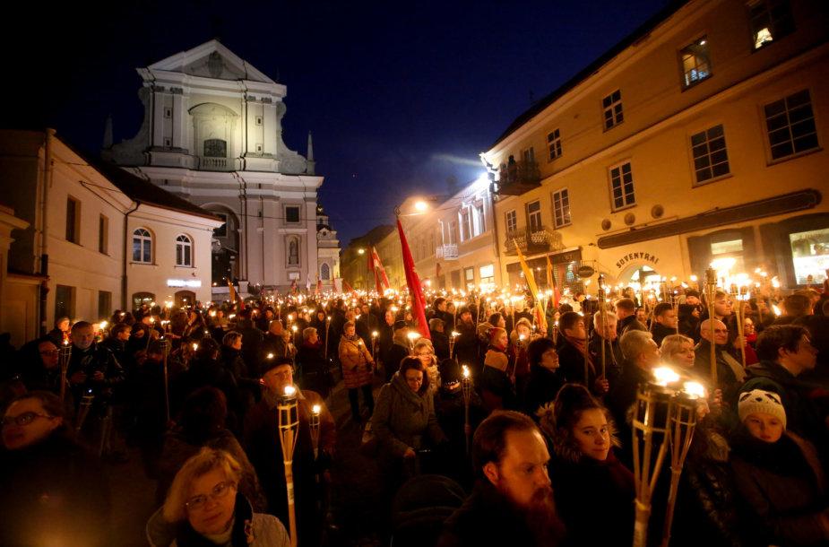 """Vasario 16-osios eisena su deglais """"Liepsnų maršas"""""""