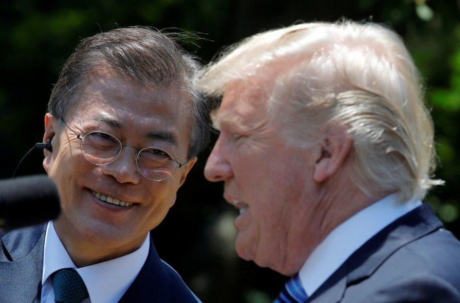 Moon Jae-Inas (kairėje) ir Donaldas Trumpas