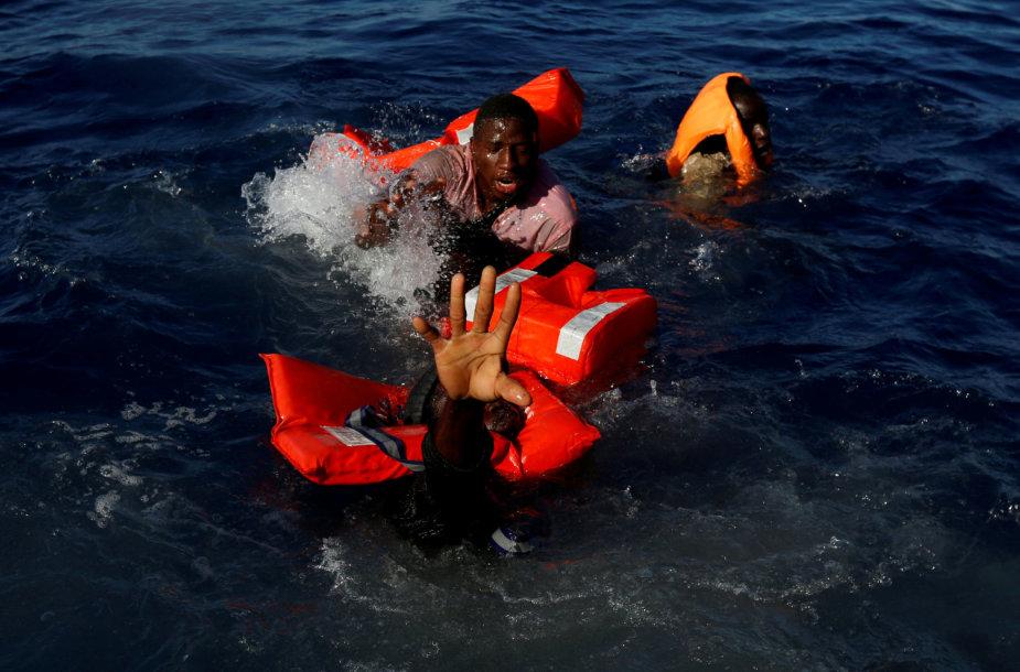 Migrantai bando išsilaikyti ant skęstančios valties Viduržemio jūroje