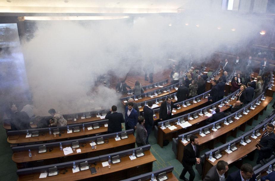 Ašarinės dujos Kosovo parlamente