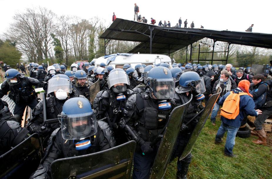 Prancūzijoje policija likvidavo protesto prieš oro uosto statybas stovyklą