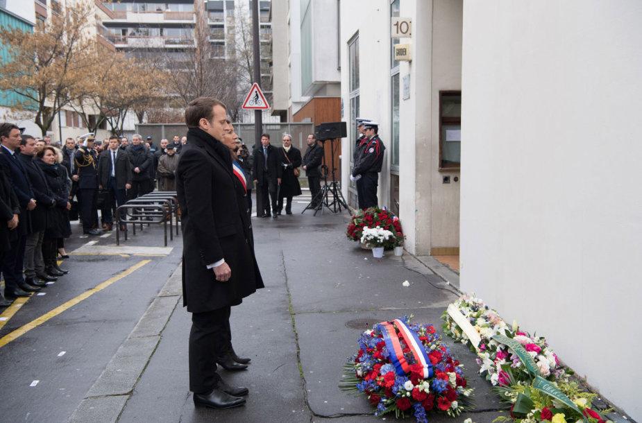 """Paryžiuje prisimintos atakos """"Charlie Hebdo"""" redakcijoje aukos."""