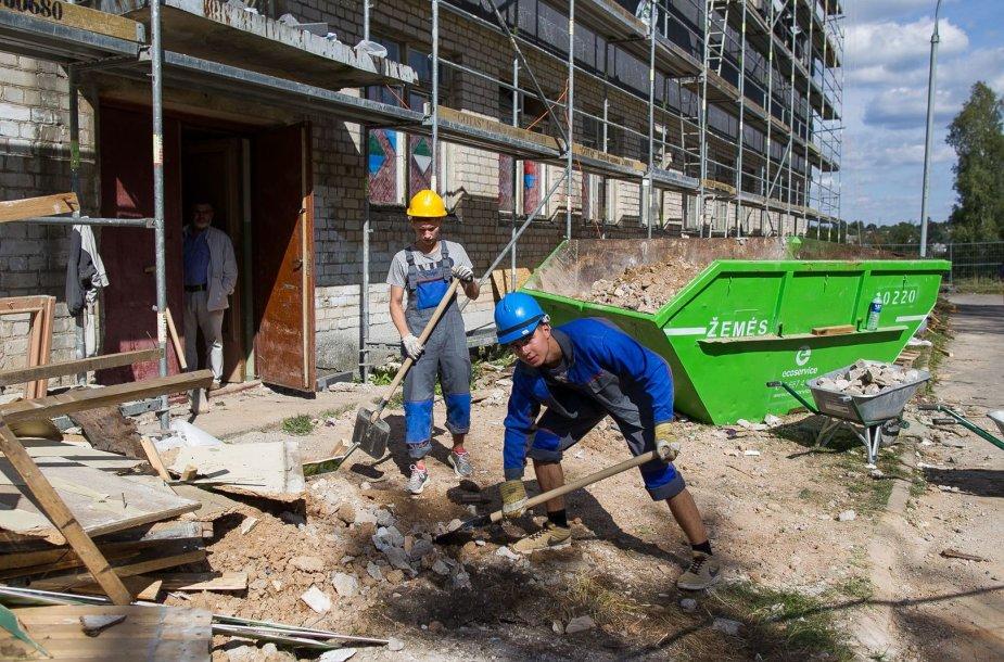 """""""Laisvės"""" gimnazijoje šeimininkauja statybininkai."""