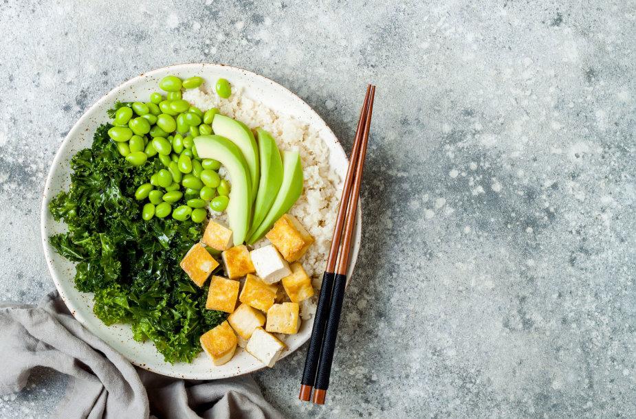 Tofu sūris su žaliomis daržovėmis – kale kopūstu, pupelėmis, avokadu ir žiediniu kopūstu