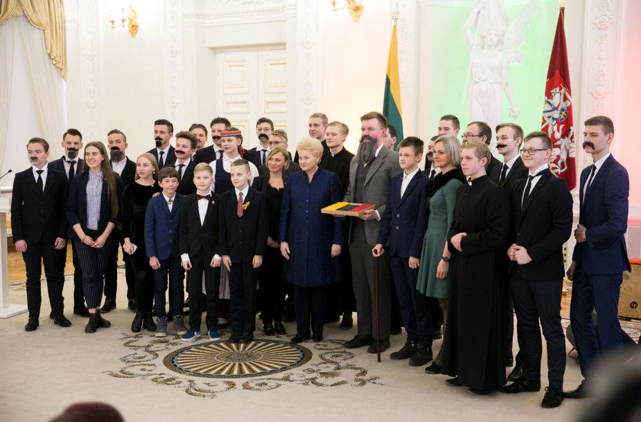 """Prezidentė apdovanojo akcijos """"Vasario 16-ąją švęsk linksmai ir išradingai"""" iniciatyvų autorius"""