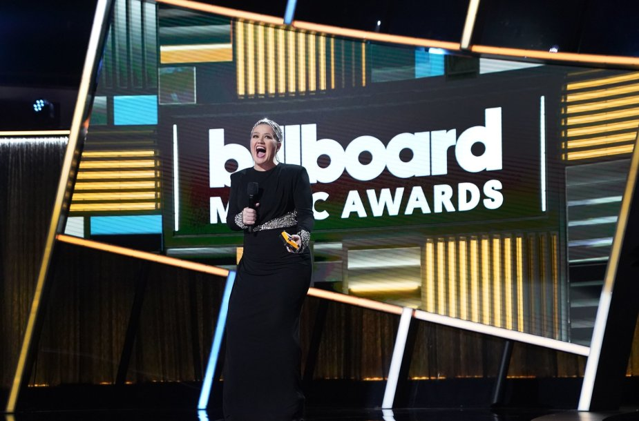 """Billboard"" muzikos apdovanojimų vedėja Kelly Clarkson"