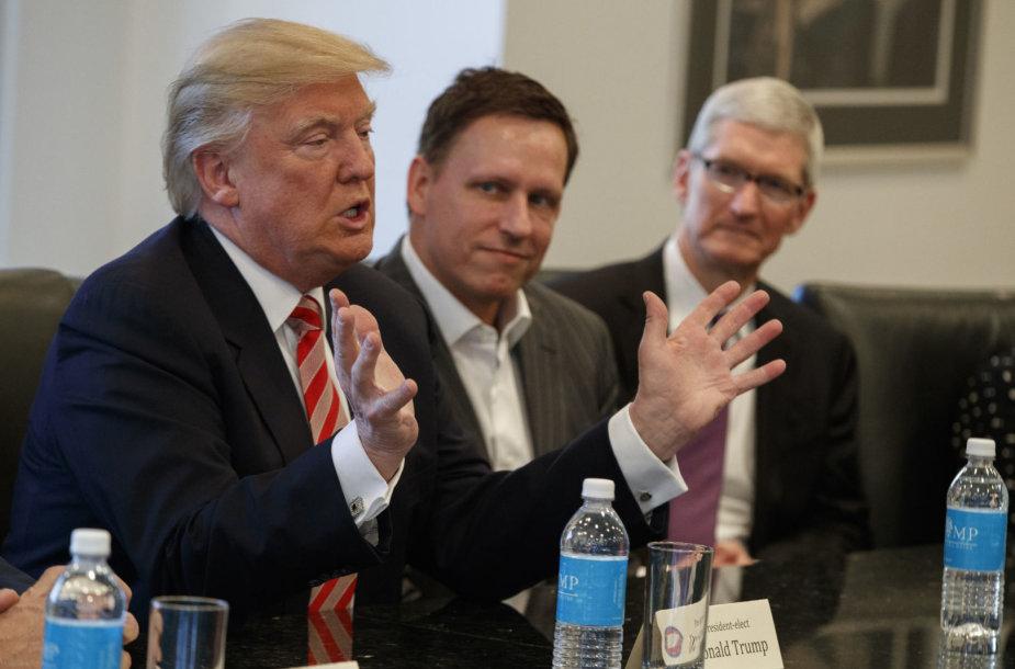 """Donaldas Trumpas, """"PayPal"""" bendraįkūrėjis Peteris Thielis, """"Apple"""" vadovas Timas Cookas"""