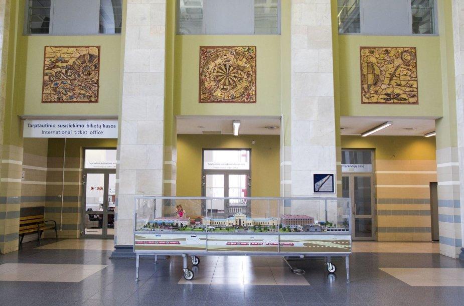 """Pano-mozaika """"Svajonės-kelionės"""" Vilniaus geležinkelio stotyje."""