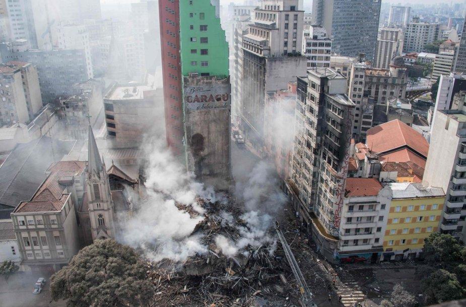 San Paule užsidegė ir sugriuvo daugiaaukštis pastatas