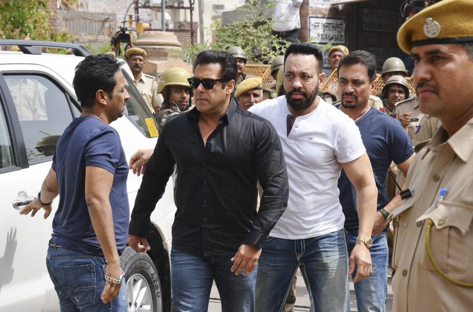Salmanas Khanas (juodais marškiniais)