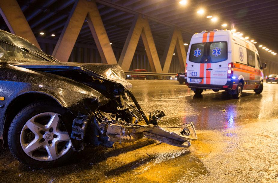Vilniaus vakariniame aplinkkelyje automobilis trenkėsi į kelio atitvarus