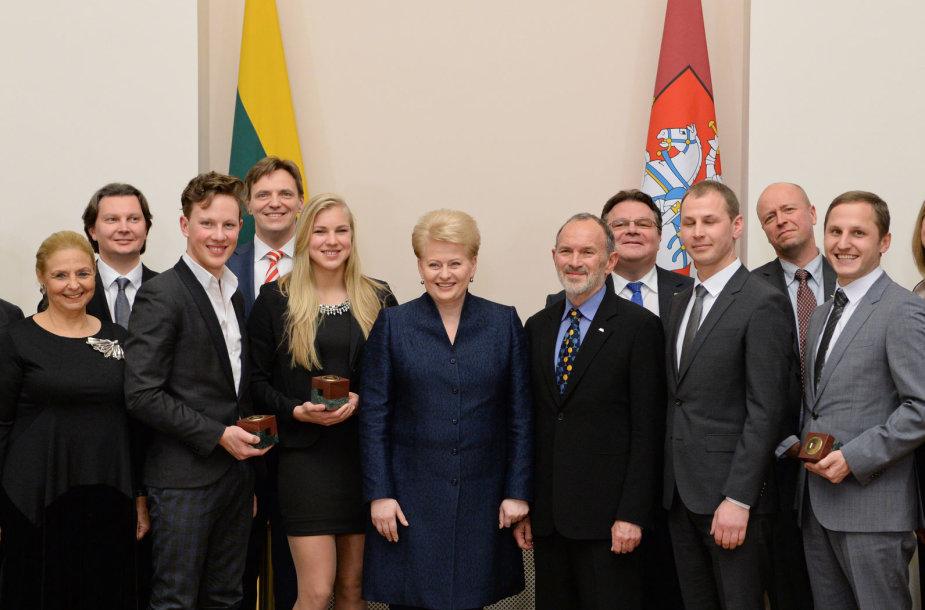 """Prezidentė Dalia Grybauskaitė apdovanojo """"Globalios Lietuvos apdovanojimų"""" nugalėtojus 2014 m. sausio 03 d."""