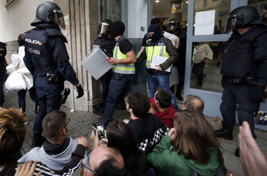 Riaušių policija neleidžia katalonams balsuoti.