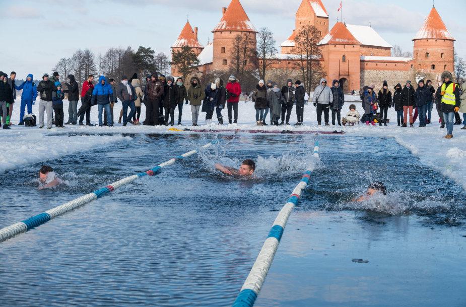 Galvės ežere plaukikai išbandė neeilinę pramogą – 25 metrų plaukimo ekete rungtynes