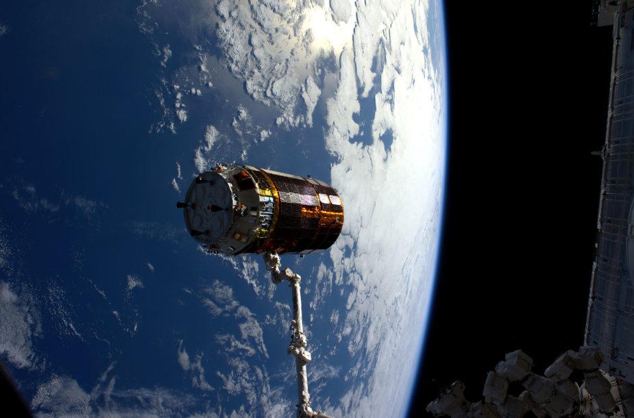 """Kosminė kapsulė HTV-6 stumiama nuo TKS robotine ranka """"Canadarm2"""""""