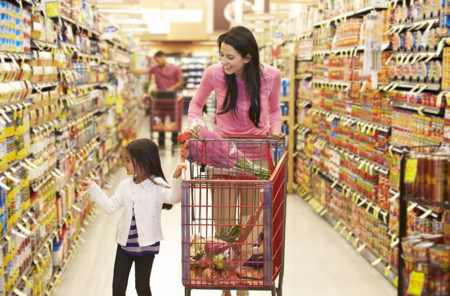 Moteris su vaiku parduotuvėje