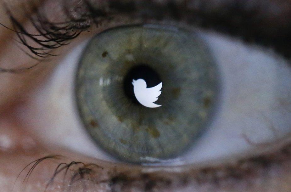 "Akyje atspindintis ""Twitter"" logotipas"