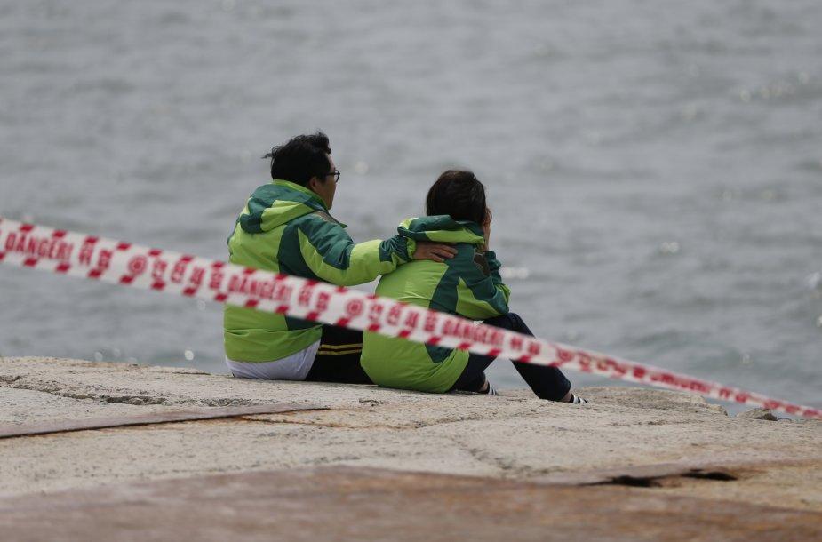Žmonės netoli vietos kur nuskendo Pietų Korėjoje keltas.