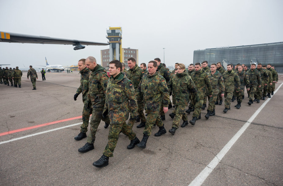 Į Kauno oro uostą atskrido pirmoji Vokietijos karių grupė