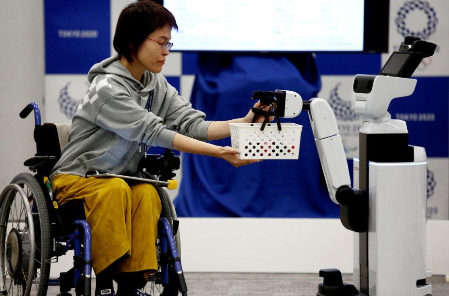 Pristatyti neįgaliųjų aptarnavimui Tokijo olimpinėse žaidynėse skirti robotai