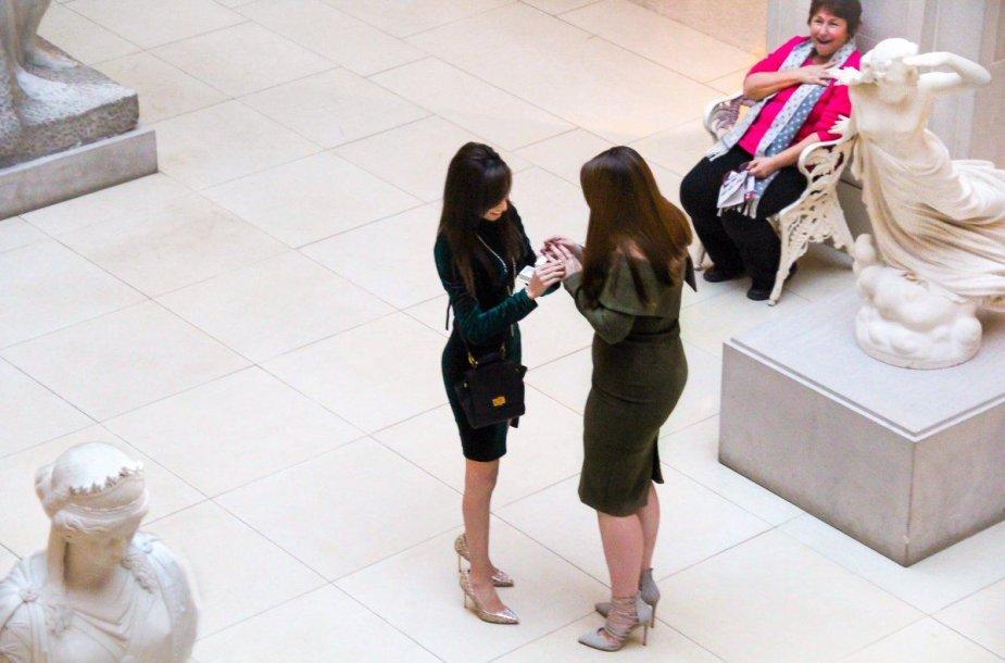 Dviejų merginų sužadėtuvių nuotrauka tapo interneto sensacija dėl pašalinės moters reakcijos
