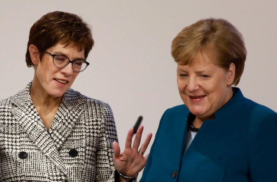 Annegret Kramp-Karrenbauer ir Angela Merkel