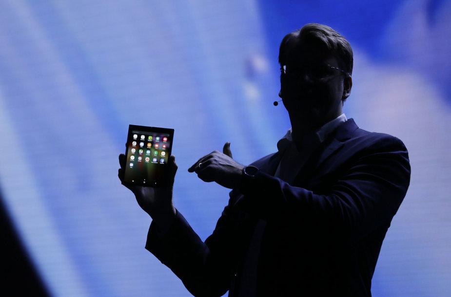 """Parodytas """"Samsung"""" telefonas sulankstomu ekranu"""