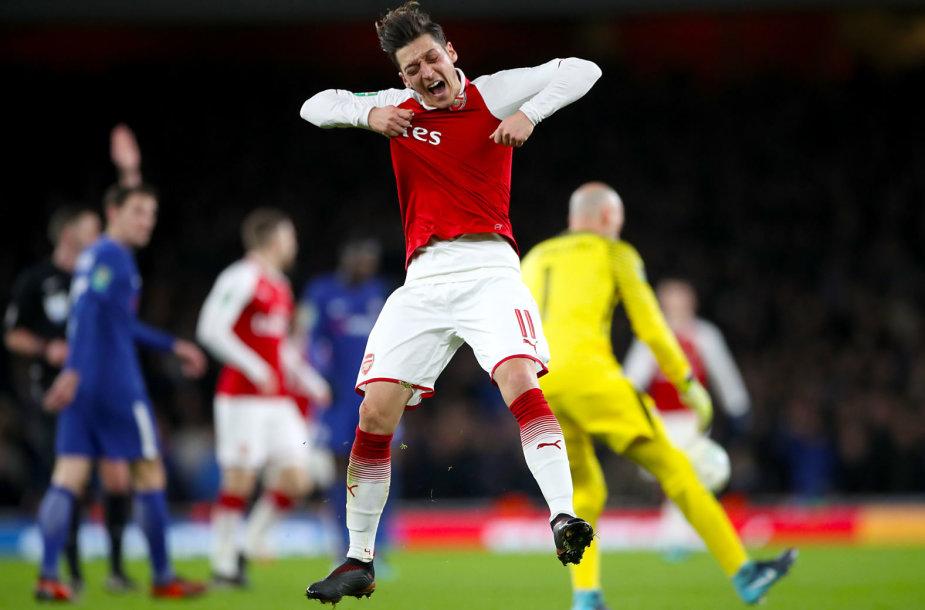 """Londono """"Arsenal"""" futbolininkai eliminavo """"Chelsea"""" ir iškopė į taurės finalą."""