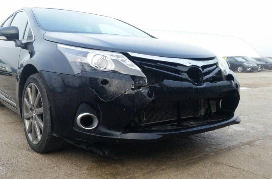 """Vokietijoje sudaužyto ir į Lietuvą atkeliavusio """"Toyota Avensis"""" būklė po avarijos"""