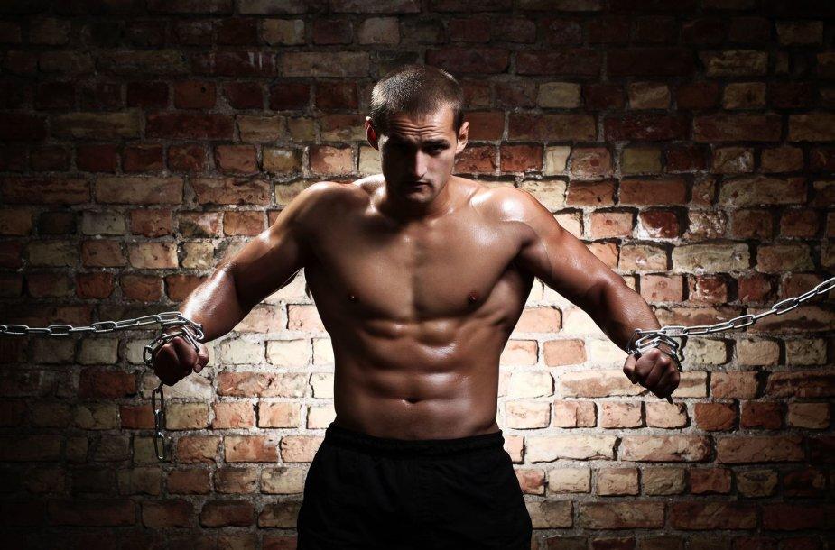 Agresyvus, raumeningas, nuogas vyras su grandinėmis