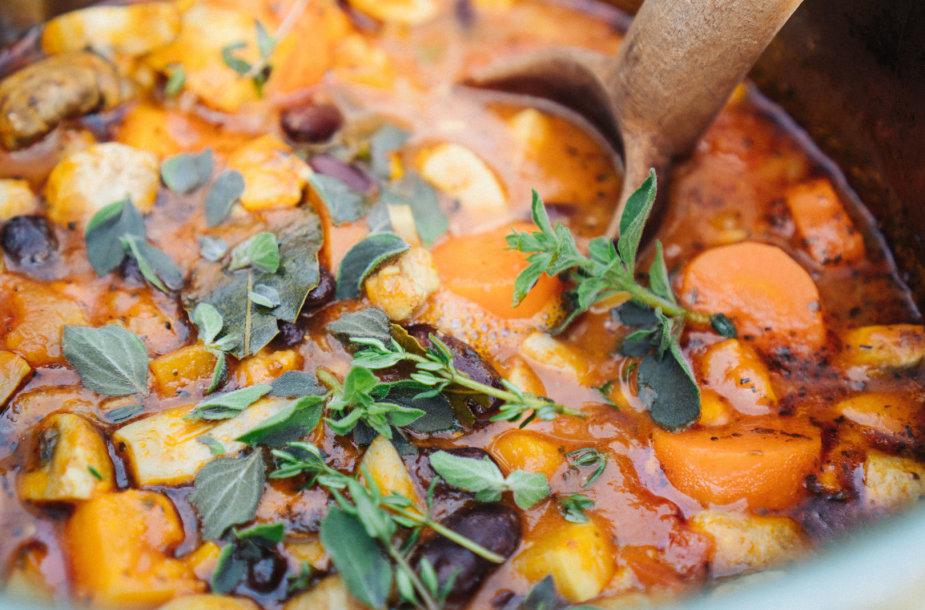 Vištienos ir šakninių daržovių troškinys