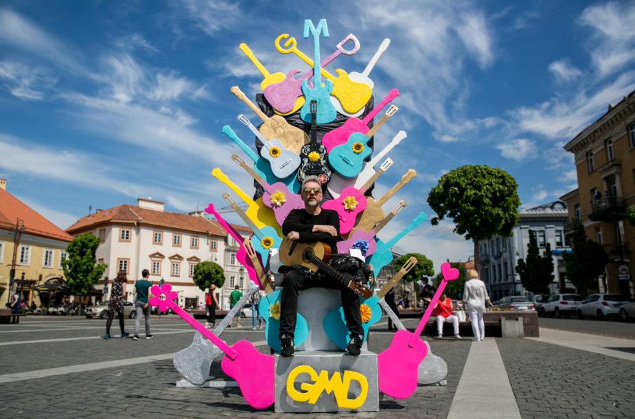 Andrius Mamontovas prie Gatvės muzikos dienos simbolio