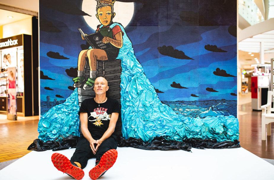 Algis Krisčiūnas greta naujausio savo meno kūrinio